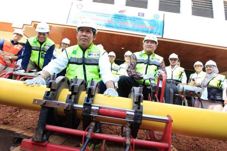 PT PGN (Persero) mendistribusikan konverter kit serta membangun jaringan gas bumi untuk rumah tangga di Provinsi Lampung. Groundbreaking pembangunan jaringan gas rumah tangga diselenggarakan di Bandar Lampung, Kamis (3/8/2017).