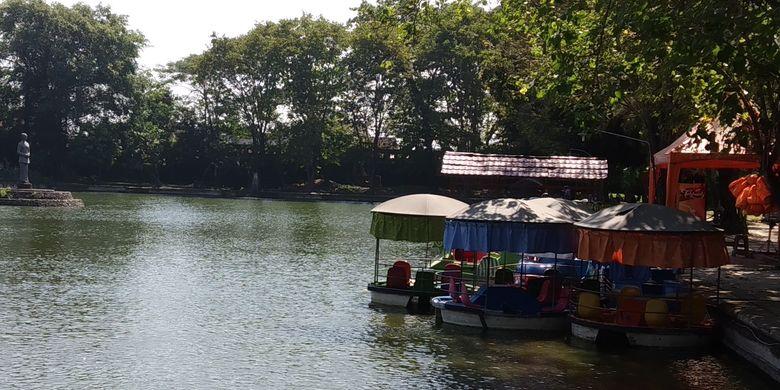 Taman air untuk wahana naik perahu di Taman Balekambang Solo, Jawa Tengah.