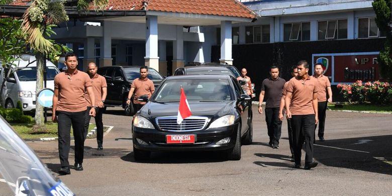 Paspampres Grup A mengawal mobil kepresidenan yang ditumpangi Presiden Joko Widodo, Senin (18/12/2017).
