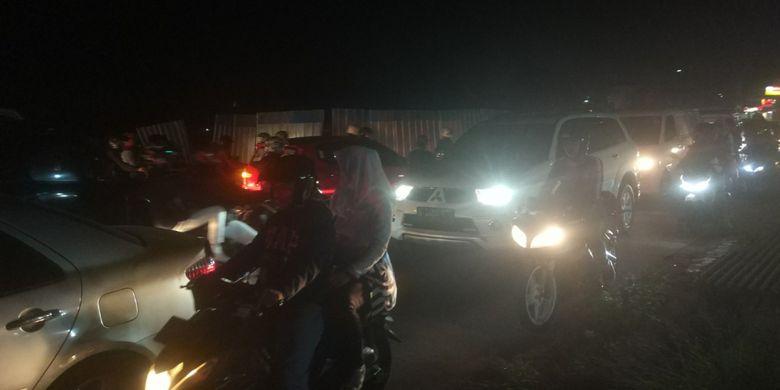 Kepadatan lalu lintas akibat penyempitan arus di Jalan Siliwangi, Pamulang. Arus lalu lintas tertumpuk akibat adanya perbaikan jalan tepatnya di depan Setu Pamulang (13/10/2018).