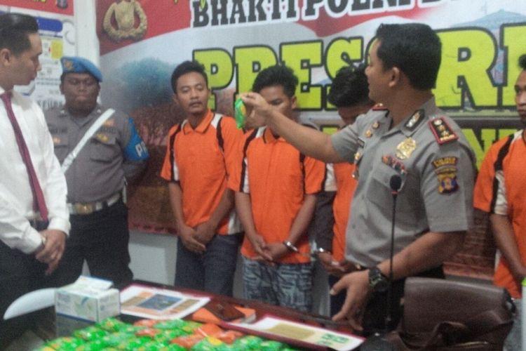 Kapolres Nunukan AKBP Jepri Yuniardi memperlihatkan barang bukti sabu yang dikemas dalam kemasan biskuit dari Malaysia. Selain mengamankan sabu hampir 5 kilogram, kepolisian juga mengamankan 4 pelaku jaringan kurir sabu dari Malaysia.