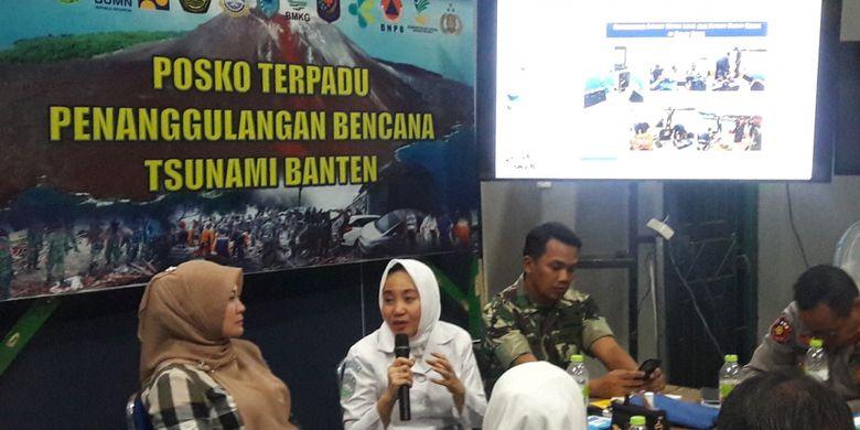 Kepala BMKG Prof Dwikorita Karnawati (kerudung putih) di Posko Terpadu Tsunami Selat Sunda, Labuan, Kabupaten Pandeglang, Selasa (1/1/2019).