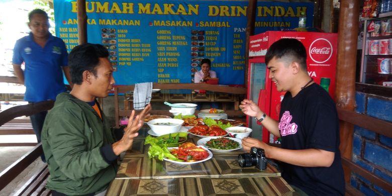 Pengunjung menikmati olahan Undur-undur Laut di salah satu rumah makan di Pantai Drini, Gunungkidul, DI Yogyakarta, Jumat (8/2/2019).