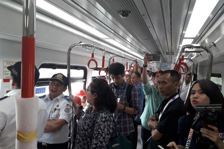 Suasana di dalam kereta LRT Jakarta saat masa uji coba operasional, Rabu (15/8/2018).