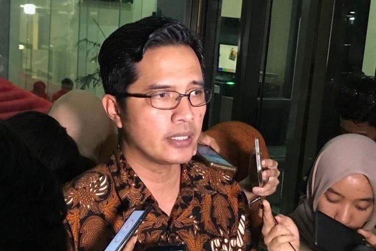 Juru Bicara KPK Febri Diansyah saat memberikan keterangan pers di Gedung Merah Putih KPK, Jakarta Selatan, Senin (12/11/2018).