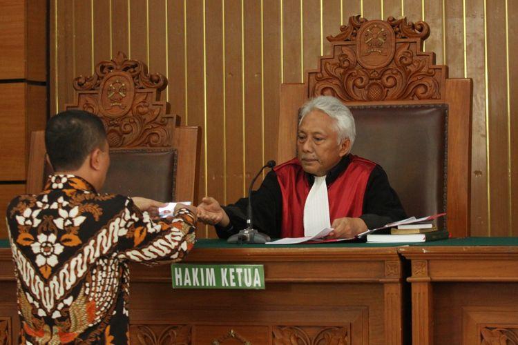 Hakim Tunggal Cepi Iskandar Kanan Memimpin Sidang Perdana Gugatan P Radilan Yang Diajukan Ketua Umum