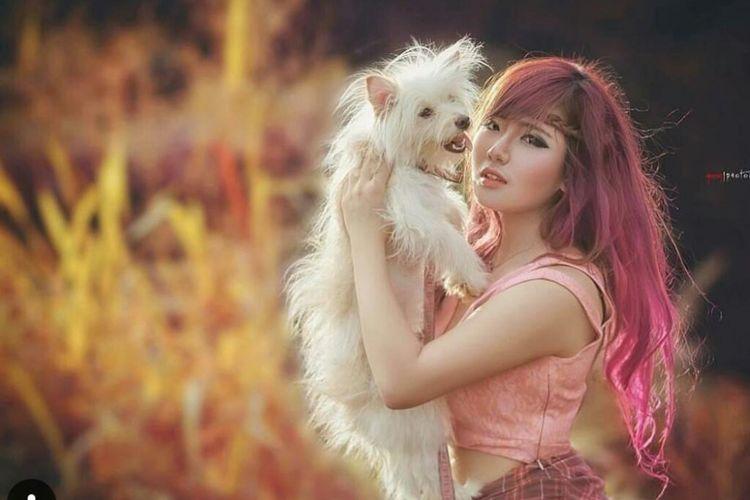 Koleksi foto Elishia bersama anjingnya bernama Valentine.