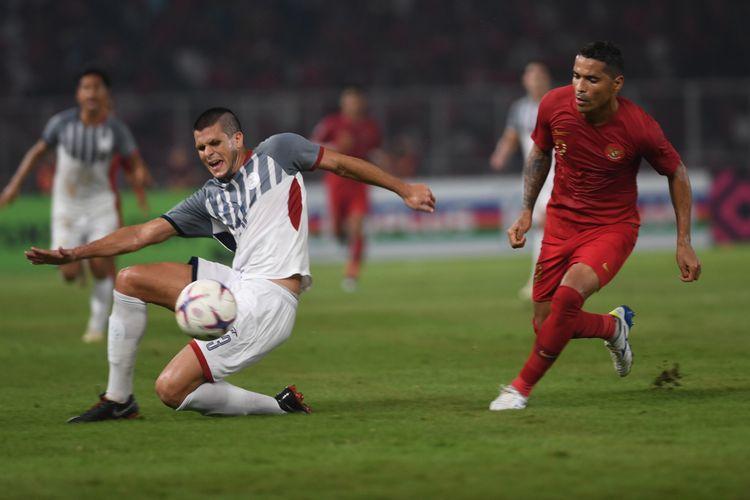 Pesepak bola Indonesia Alberto Goncalves (kanan) berebut bola dengan pesepak bola Filipina Alvaro Linares Silva (kiri) dalam laga lanjutan Piala AFF 2018 di Stadion Gelora Bung Karno, Jakarta, Minggu (25/11/2018).
