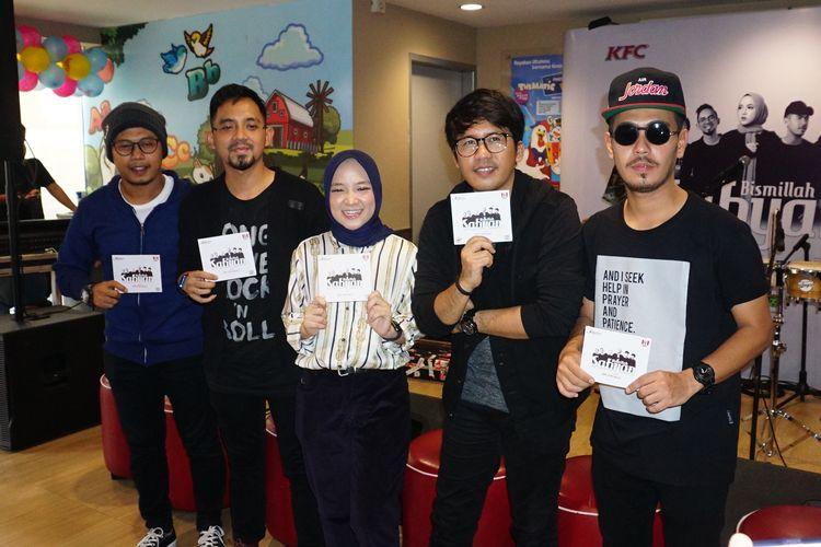 Grup band religi Sabyan Gambus dalam jumpa pers album Bismillah di KFC Tugu Tani, Jakarta Pusat, Jumat (3/5/2019).(KOMPAS.com/DIAN REINIS KUMAMPUNG)