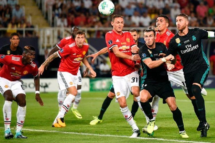 Para pemain Real Madrid dan Manchester United berebut bola dalam pertand