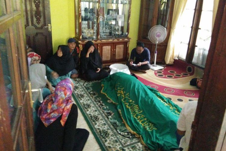Sejumlah kerabat saat melayat almarhum Dodo Mulyana (69) ayah komedian Sule di Kampung Kamarung, Kelurahan Citereup, Kecamatan Cimahi Utara, Rabu (11/10/2017)