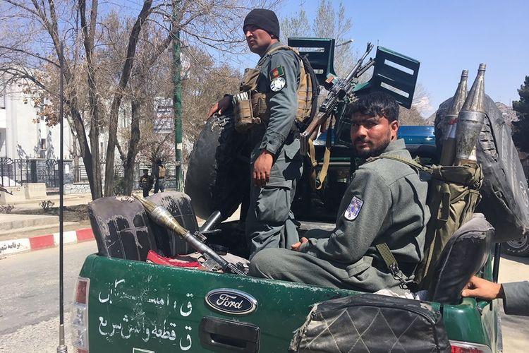 Pasukan keamanan Afghanistan melakukan penjagaan di depan Universitas Kabul setelah bom bunuh diri meledak di tempat tersebut Rabu (21/3/2018).