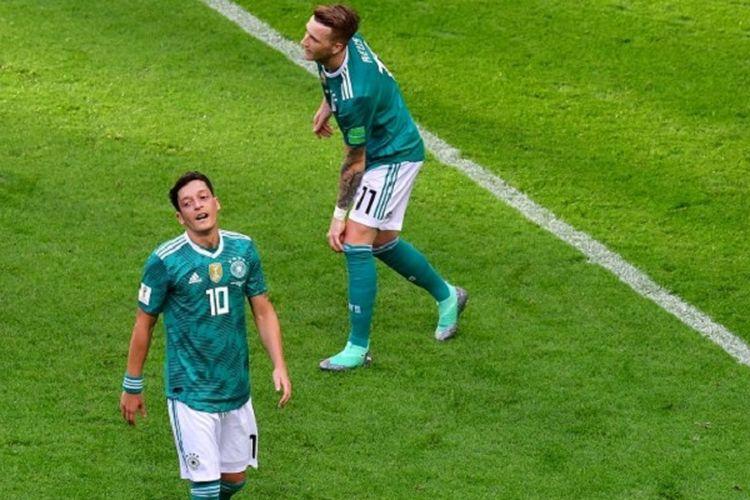 Mesut Oezil dan Marco Reus tampak kecewa seusai peluang Jerman gagal menjebol gawang Korea Selatan pada pertandingan di Kazan Arena, 27 Juni 2018.