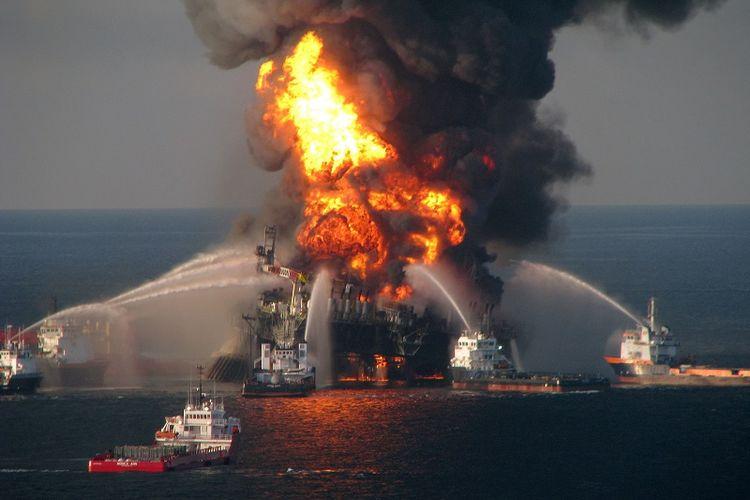 Foto yang diambil pada 21 April 2010 ini memperlihatkan upaya kapal-kapal penjaga pantai AS mencoba mengendalikan api yang melalap rig pengeboran minyak Deepwater Horizon di Teluk Meksiko.