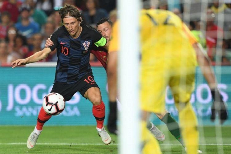 Aksi kapten Kroasia, Luka Modric, saat laga uji coba melawan Portugal, Kamis (6/9/2018) atau Jumat dini hari WIB.
