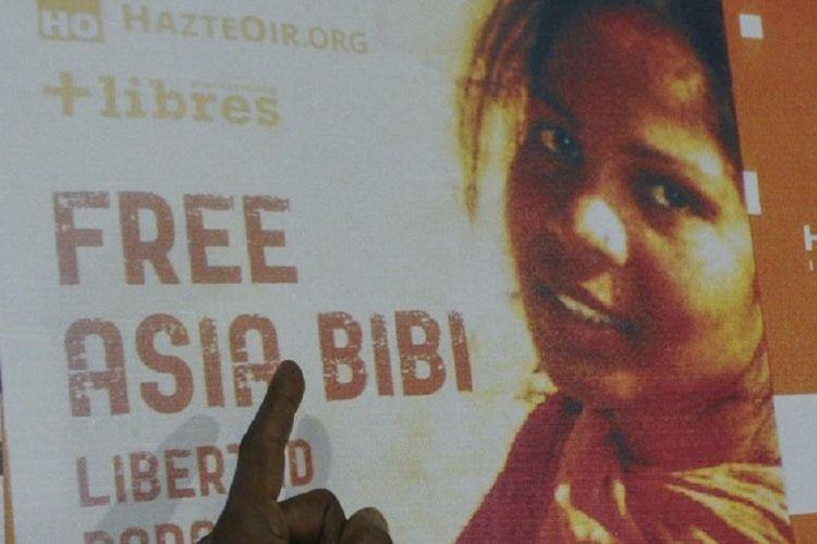 Asia Bibi, perempuan yang menjadi pusat perselisihan penistaan ??agama selama satu dekade, telah meninggalkan Pakistan. (AFP/ARIF ALI)