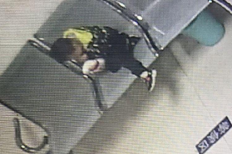 Foto yang diambil dari kamera CCTV di sebuah kantor polisi di kota Hangzhou, China memperlihatkan bocah yang ditinggal ibunya di sebuah gerai KFC.