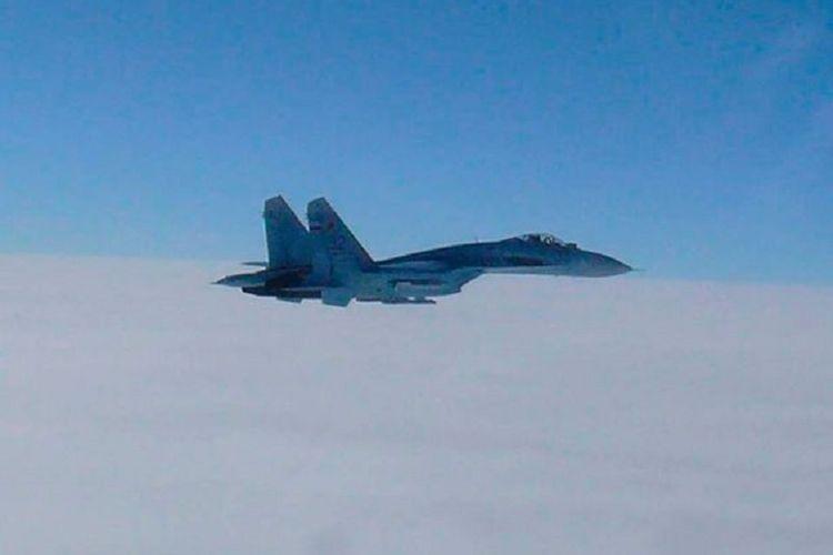 Foto udara menunjukkan jet tempur Sukhoi Su-27 Rusia ketika mendekati pesawat Amerika Serikat (AS) dan Swedia yang mendekati wilayah mereka di Laut Baltik.
