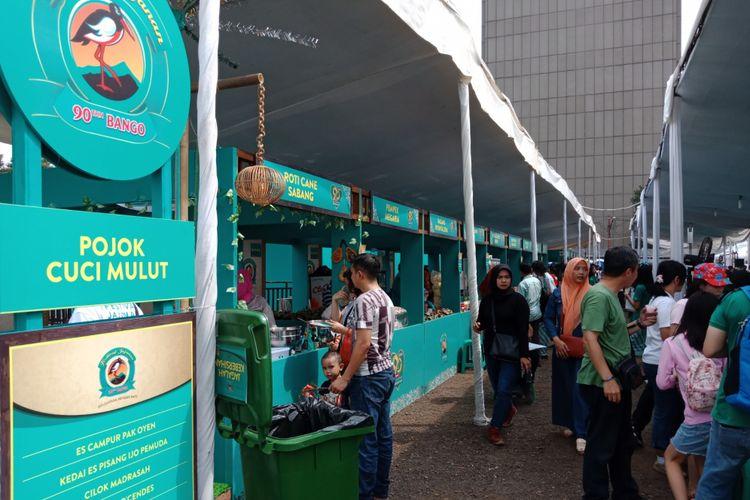 Suasana Festival Jajanan Bango 2018, di Park & Ride Thamrin 10, Jakarta, Sabtu (14/4/2018). Lebih dari 80 gerai kukiner otentik Nusantara dihadirkan dalam festival kuliner ini.