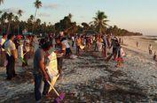 Ratusan Warga Rote dan Turis Asing Bersihkan Pantai Nemberala