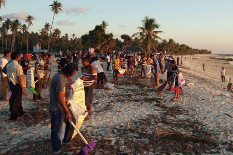 Ratusan warga Desa Nemberala, sedang membersihkan sampah yang berserakan di Pantai Nemberala di Kabupaten Rote Ndao, Nusa Tenggara Timur (NTT), Sabtu (28/4/2018).