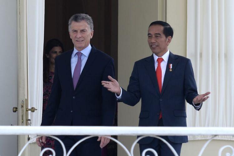 Presiden Joko Widodo berbincang-bincang dengan Presiden Argentina Mauricio Macri di Istana Bogor, Jawa Barat, Rabu (26/6/2019).