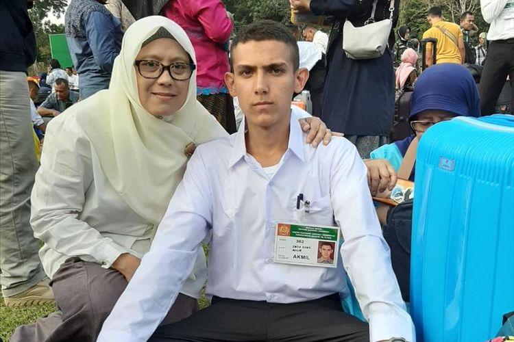 Enzo Zenz Allie saat mengikuti seleksi masuk taruna TNI. Enzo ditemani ibunya yang merupakan asal Sumatera Utara.