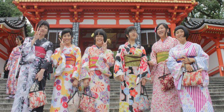 Pengunjung Kuil Yasaka Jinja, di Kyoto, Jumat (13/10/2017).