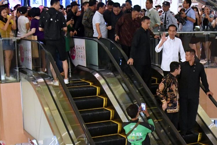 Jokowi Jalan-Jalan ke mall Grand Indonesia, Minggu (16/7/2017).