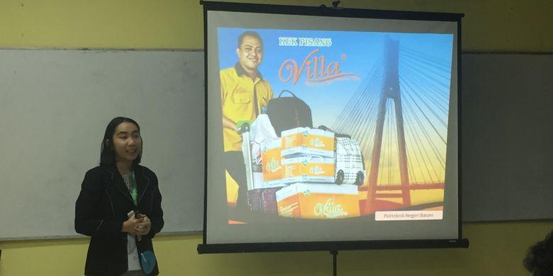 Kartika Wijaya, mahasiswa Politeknik Negeri Batam, mempresentasikan ide bisnis Kek Pisang Villa sebagai oleh-oleh khas Batam.