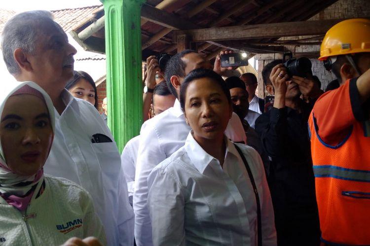 Menteri BUMN Rini Soemarno bersama Dirut Pertamina dan Dirut PLN mengunjungi pemasangan listrik di Desa Cikupa, Kecamatan Karangnunggal, Kabupaten Tasikmalaya, Kamis (12/7/2018).