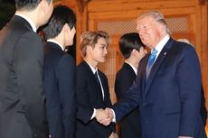 Jabat Tangan dengan Boyband EXO, Presiden Trump: Kalian Tampan...