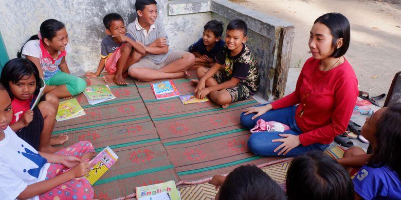 Mahasiswa Politeknik Negeri Batam, Kartika Wijaya, mengajar bahasa Inggris agar anak-anak dan para pemuda Kampung Tua Bakau Serip Nongsa bisa semakin pandai memperkenalkan daerahnya ke wisatawan.