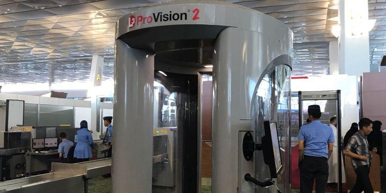 Body scanner yang digunakan untuk melakukan pemeriksaan body scan di area keberangkatan internasional Terminal 3 Bandara Internasional Soekarno-Hatta, Tangerang. Foto diambil Selasa (19/6/2018).