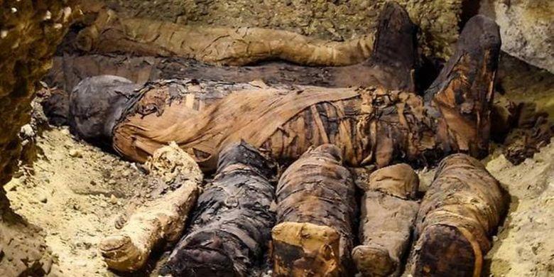 Gambar ini diambil 2 Februari 2019. Mumi terlihat terbungkus kain linen dan berasal dari era Ptolemeus (323-30 SM) di nekropolis Tuna el-Gebel di provinsi Minya selatan Mesir.
