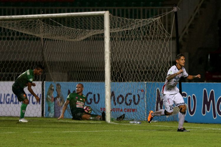 Pemain Bali United Irfan Bachdim (kanan) meluapkan kegembiraan setelah berhasil membobol gawang PS TNI pada pertandingan lanjutan Liga 1 di Stadion Pakansari, Cibinong, Bogor, Senin (10/7/2017). Bali United menang setelah menundukkan PS TNI dengan skor akhir 4-3.
