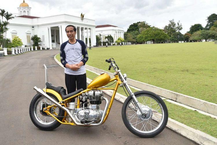 Presiden Joko Widodo berfoto dengan motor chopper yang dibelinya, di Istana Bogor, Jawa Barat, Sabtu (20/1/2018). Joko Widodo, membeli sepeda motor modifikasi Chopperland yang telah ditaksir sejak pertama dilihatnya pada perayaan sumpah pemuda 28 Oktober 2017 lalu.