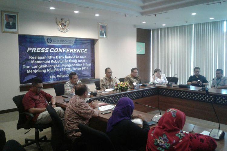Kepala Perwakilan BI Solo, Bandoe Widiarto (tengah) dalam press conference kesiapan KPw BI Solo memenuhi kebutuhan uang tunai untuk Ramadhan dan Lebaran 2018 di Kantor KPw Bank Indonesia Solo, Jawa Tengah, Jumat (18/5/2018).