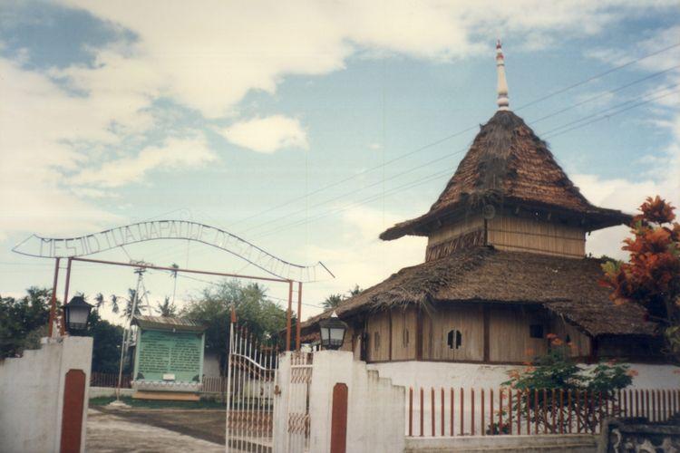 Dibangun pada tahun 1414, masjid ini menjadi saksi penyebaran Islam di tanah Maluku.