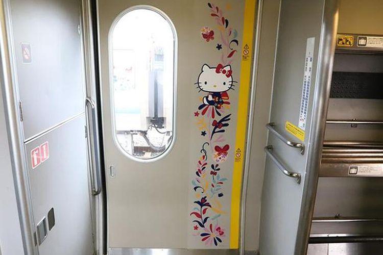 Hello Kitty pada bagian pintu kereta