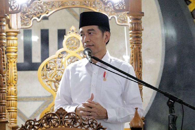 Presiden Joko Widodo (Jokowi) saat membagikan 17 sertipikat tanah wakaf kepada pengurus masjid, mushalla, serta surau di Masjid Raya Sumatera Barat, Padang, Jumat (9/2/2018).