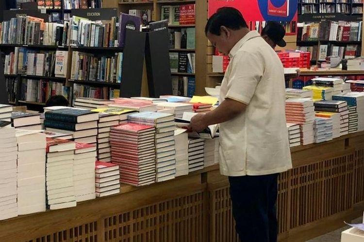 Calon presiden nomor urut 02 Prabowo Subianto menyempatkan berbelanja buku setelah melakukan pertemuan dengan Perdana Menteri Singapura, Lee Hsien Loong pada Senin (26/11/2018) di Singapura.