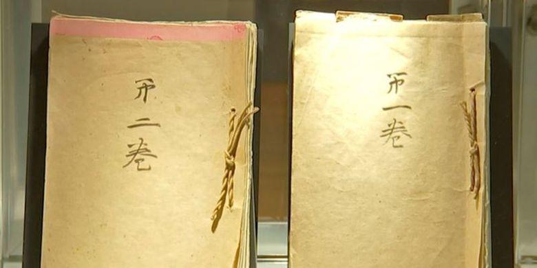 Dokumen memoar milik Kaisar Jepang Hirohito dipajang di balai lelang Bonham, New York, Amerika Serikat, pada Senin (4/12/2017). (AP via VOA)