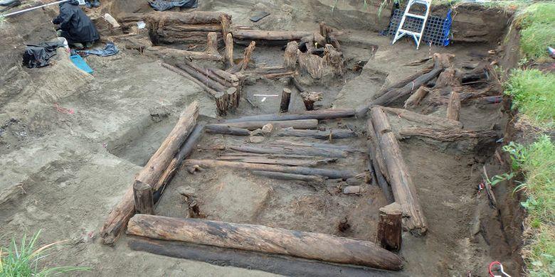 Arkeolog menggali kabin kuno di situs Rising Whale, Bering Land Bridge.