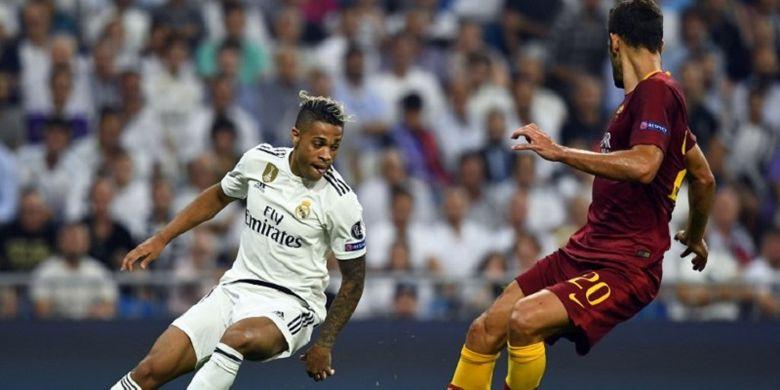 Penyerang Real Madrid, Mariano sedang berebut bola dengan bek AS Roma, Frederico Fazio pada pertandingan babak penyisihan Grup H Liga Champions, di Stadion Santiago Bernabeu, Rabu (19/9/2018) atau Kamis dini hari WIB.