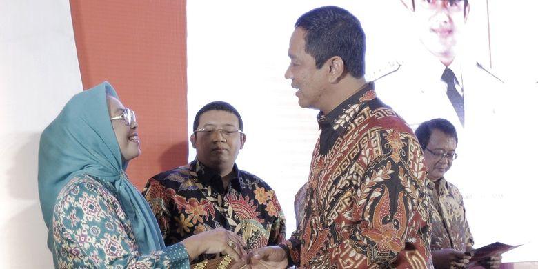 Wali Kota Semarang Hendrar Prihadi menyerahkan Letter of Intent (LoI) kepada salah seorang pengusaha peserta Semarang Business Forum (Sembiz) 2018 di Patra Semarang Hotel and Convention, Kamis(17/10/2018).
