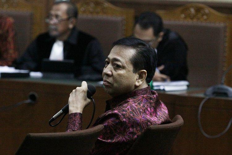 Terdakwa kasus korupsi KTP Elektronik Setya Novanto (tengah) menjadi saksi dalam sidang kasus merintangi penyidikan korupsi KTP elektronik dengan terdakwa Bimanesh Sutarjo dengan agenda pemeriksaan saksi  di Pengadilan Tipikor, Jakarta, Jumat (27/4). Jaksa penuntut umum pada Komisi Pemberantasan Korupsi (KPK) menghadirkan mantan Ketua DPR Setya Novanto (Setnov) yang telah divonis 15 tahun penjara atas kasus yang sama.
