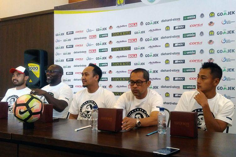 Dari kiri ke kanan; Ponaryo Astaman, Jacksen F. Tiago, Yunan Achmadi, Aji Santoso dan Samsul Arif.