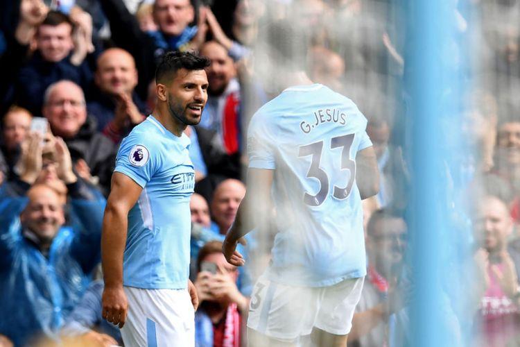 Bersama Gabriel Jesus, Sergio Aguero merayakan gol Manchester City ke gawang Liverpool pada pertandingan Premier League di Stadion Etihad, Sabtu (9/9/2017).