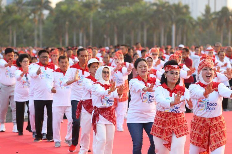 Menko PMK Puan Maharani mendampingi Presiden Jokowi saat memecahkan rekor  Guiness Book of Word Record di Monas, Minggu (5/8/2018)